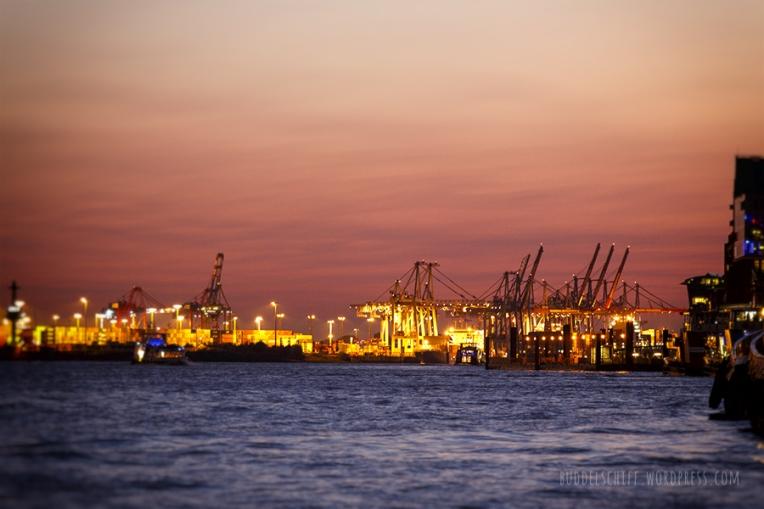 Hamburger Hafen beim Sonnenunterga